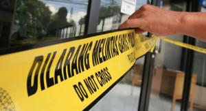 BANDUNG, 2/3- PERAMPOKAN KANTOR BPR KS- Suasana kantor BPR KS yang dirampok pada Selasa (1/3) malam dan dipasang garis polisi di jalan Wastukencana, Kota Bandung, Rabu (2/3). Tidak ada kerugian material dalam peristiwa tersebut, namun satu orang korban bernama Dudi Setiawan (30) office boy tewas di RSHS terkena peluru yang di tembakkan pelaku. Sementara Satpam BPR Karyajatnika Sadaya (KS),Ahmad Winarto (35) dalam keadaan krtisi. FOTO SINDO/IRFAN AL-FARITSI