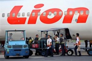 sejumlah-pekerja-memasukkan-tas-para-penumpang-ke-dalam-bagasi-_121019175737-763