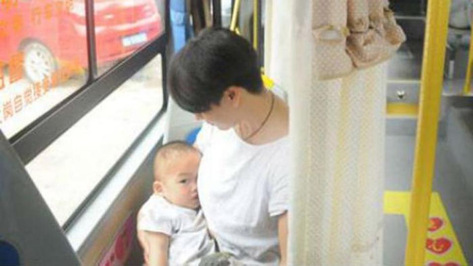 ibu menyusui di dalam bus di tiongkok