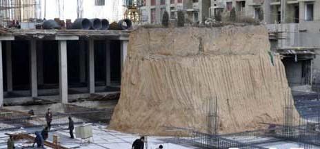 Makam-Diapit-Gedung-Tinggi-China
