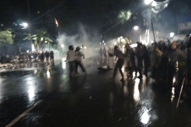 Polisi Pukul Mundur Massa Aksi Di Depan Gedung LBH