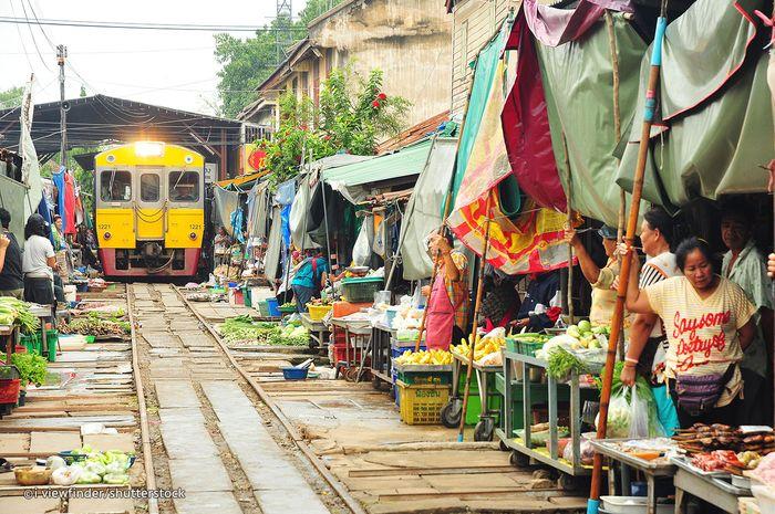Terdapat pasar makanan di tengah rel kereta api