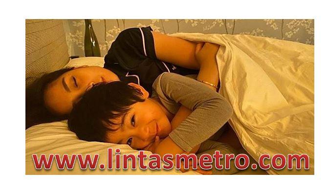 Tahu Ibunya Berduka Rafathar Jaga Sang Ibunda Saat Tidur