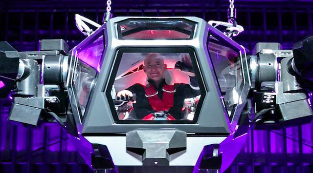 Intip Aksi Keren Bos Amazon Mengontrol Robot 'Transformers'