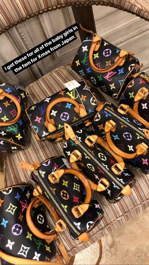 Wanita seksi satu ini membelikan sejumlah tas bermerk desainer untuk anak-anak perempuan manis itu.