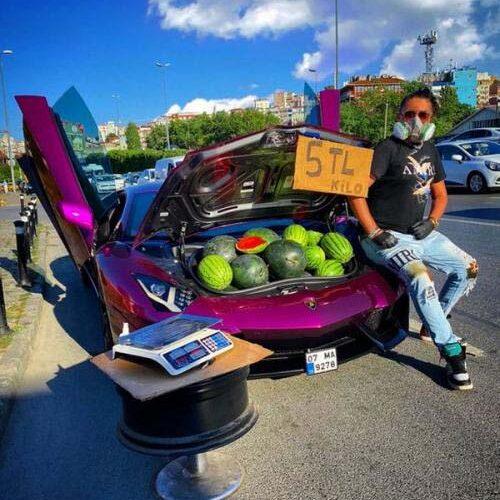 Pria Ini Diduga Pansos, Jualan Semangka Menggunakan Lamborghini